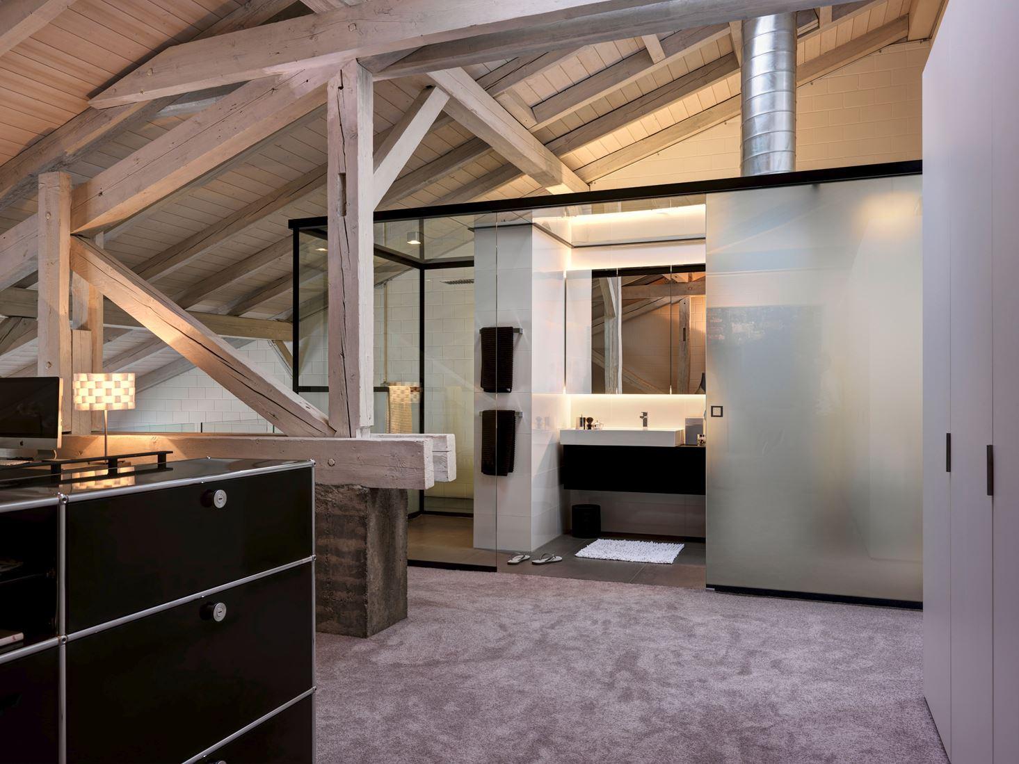 Un loft con un suggestivo tetto in legno for 5 piani casa in stile ranch da camera da letto