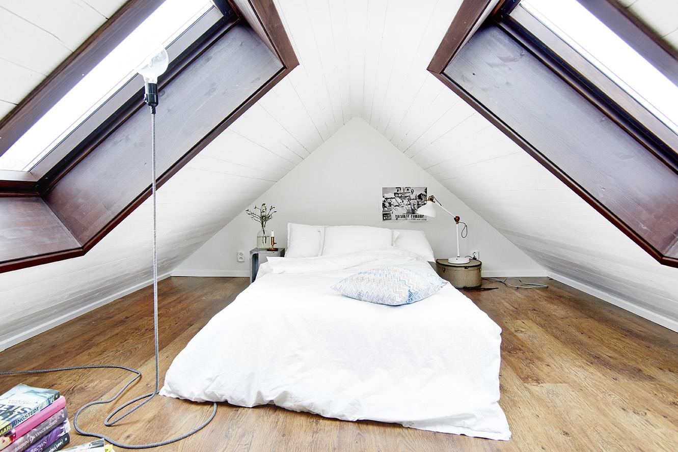 Una mansarda su due livelli for Completano l arredamento