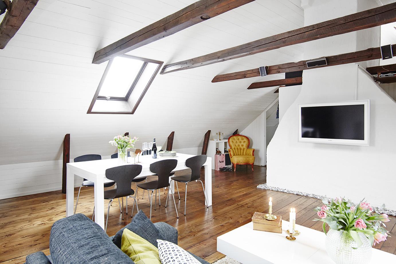 Una mansarda su due livelli for Mansarda in legno bianco