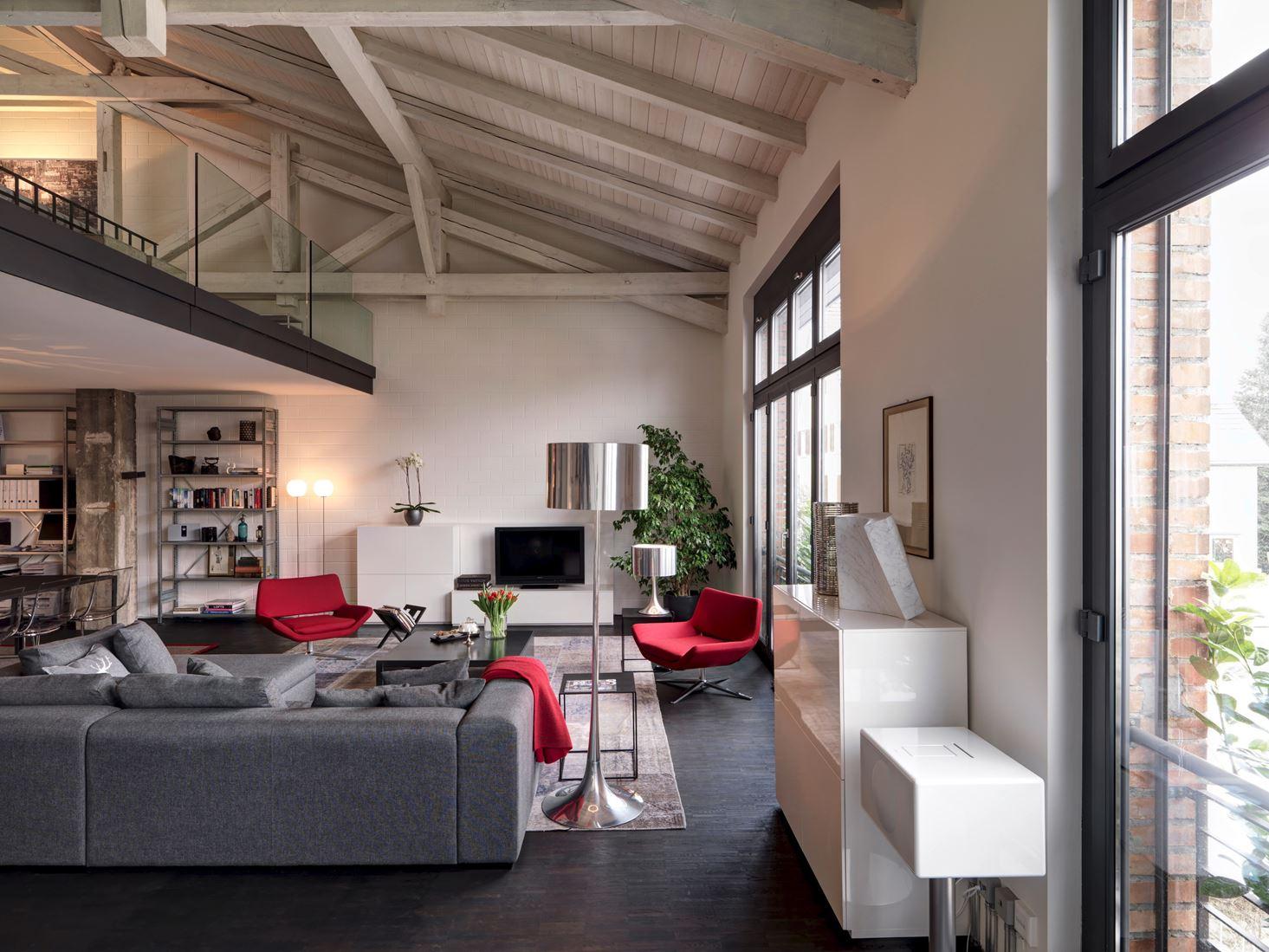 Un loft con un suggestivo tetto in legno for Mansarda in legno bianco
