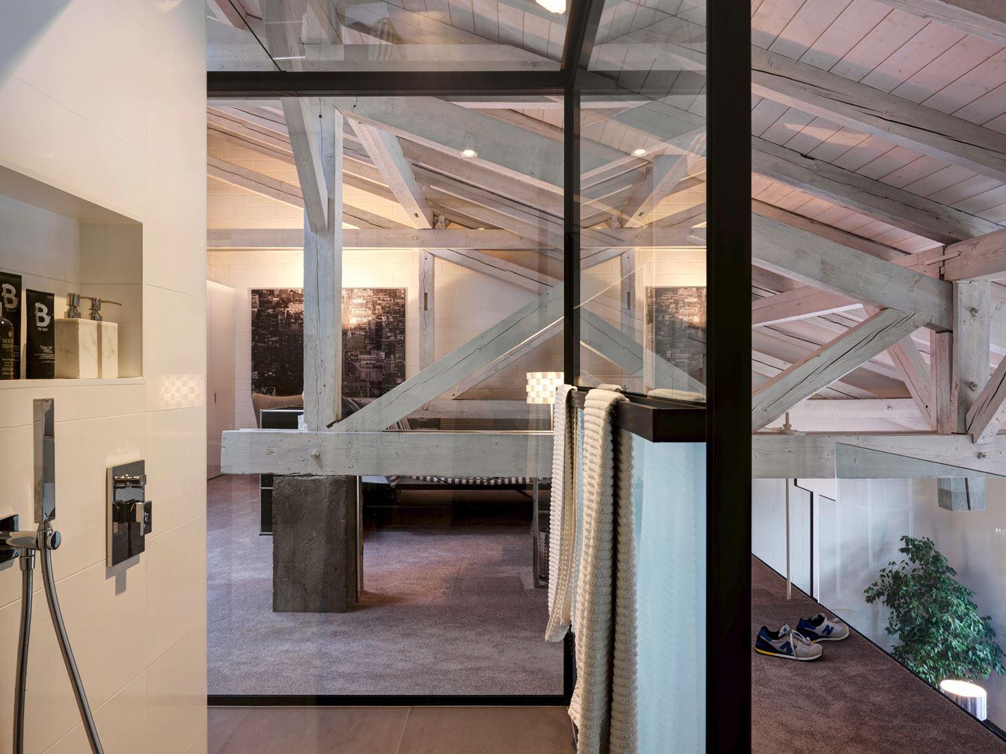 Un loft con un suggestivo tetto in legno mansarda