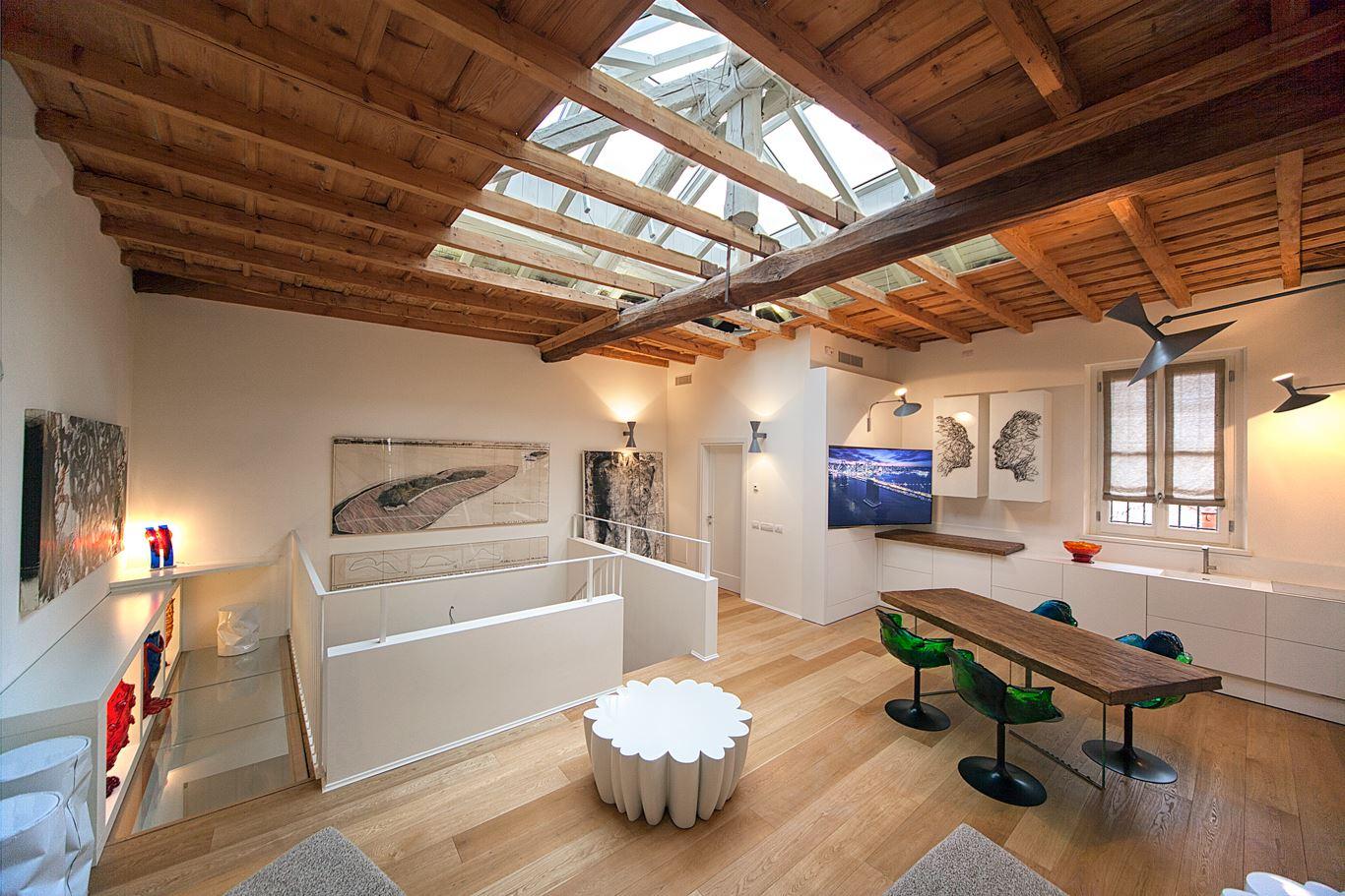 Un grande lucernario sul tetto for Piani casa sul tetto di bassa altezza
