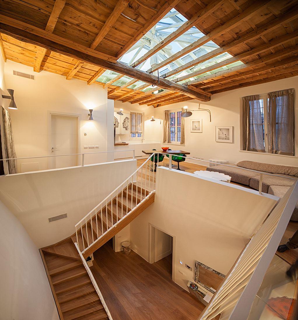 Un grande lucernario sul tetto for Lucernario tetto elettrico