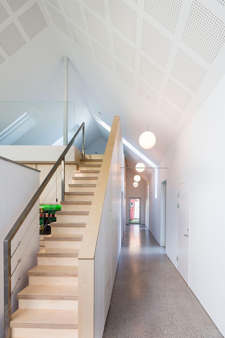 Una casa green con tetto a doppia falda for Piani di una casa piani con suite di legge
