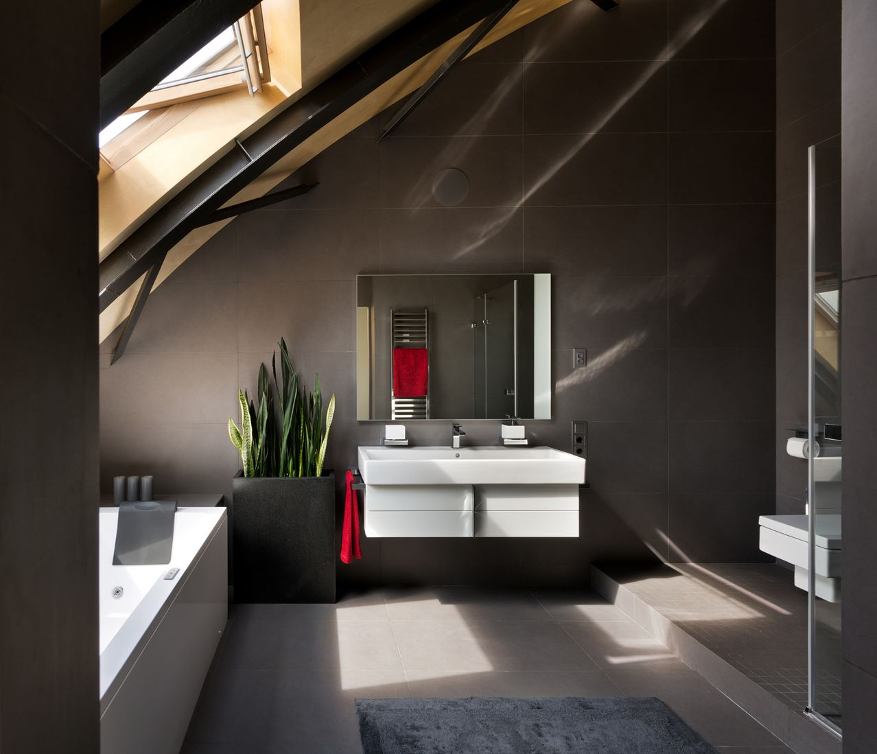 Un attico dal tetto curvo - Badkamer mansard ...