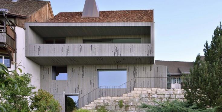 Una casa moderna in un borgo antico for Piani casa moderna collina