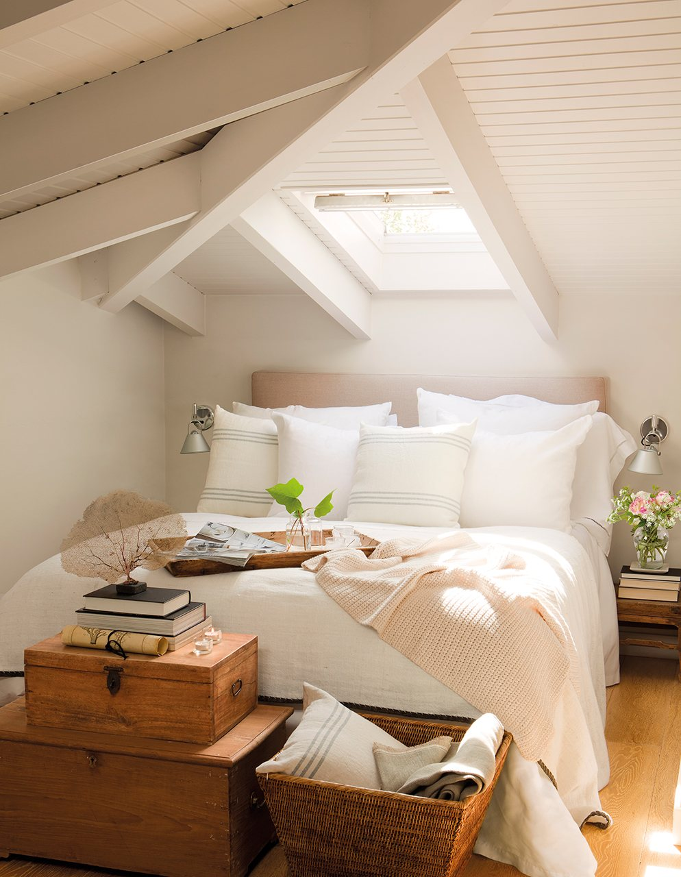 dormitorio_con_techo_abuhardillado_blanco_y_ventana_cenital_994x1280