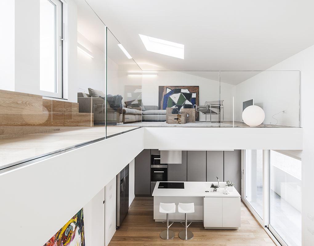 Bianco luce e colore per una casa su due livelli for Ristrutturazione a pianta aperta su due livelli