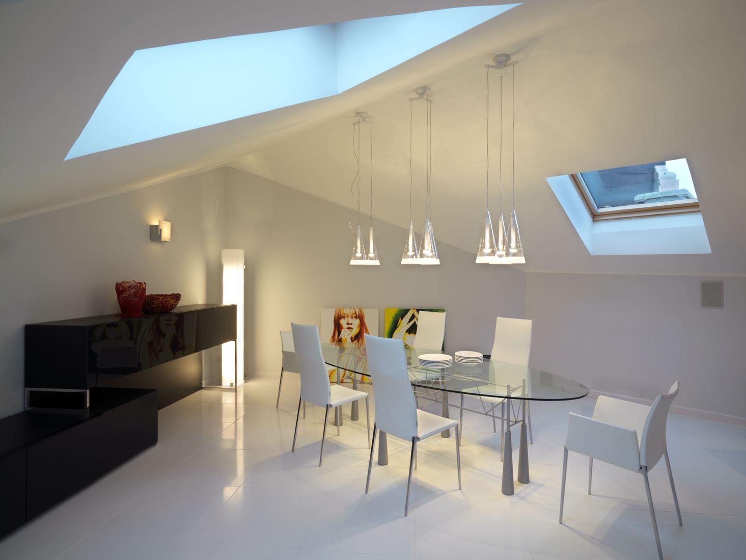 Un attico con finestre per tetti e ampie vetrate - Mansarda.it