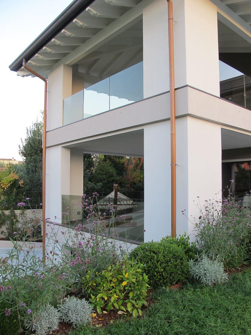 Una casa efficiente con vista sul lago for Piani di casa con camino a doppia faccia