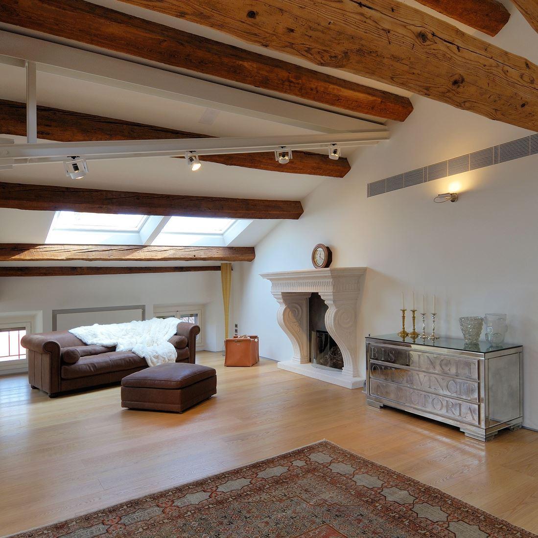 Salotto In Stile Moderno Con Parquet Interior Design : Un attico in centro città mansarda