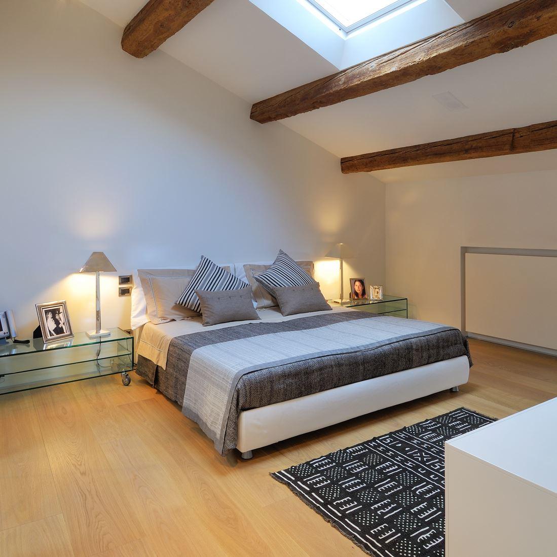 Un attico in centro citt - Camera da letto con travi in legno ...