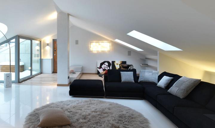 Un attico con finestre per tetti e ampie vetrate for Finestra mansarda