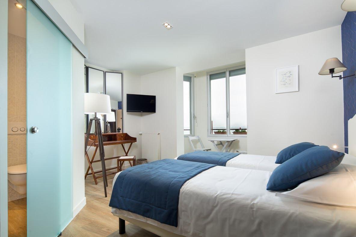 Una mansarda bianca e blu in un hotel francese - Mansarda.it