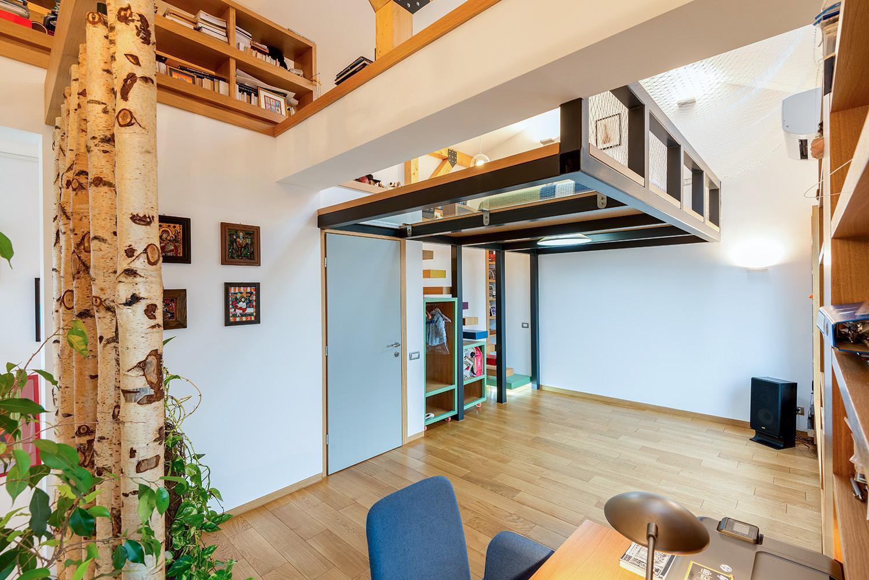 Una camera da letto sospesa for Case loft
