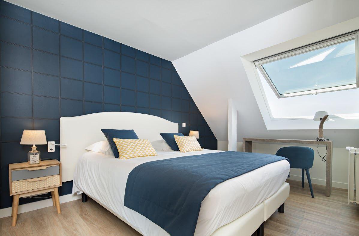 Una mansarda bianca e blu in un hotel francese for Alla ricerca di 3 camere da letto
