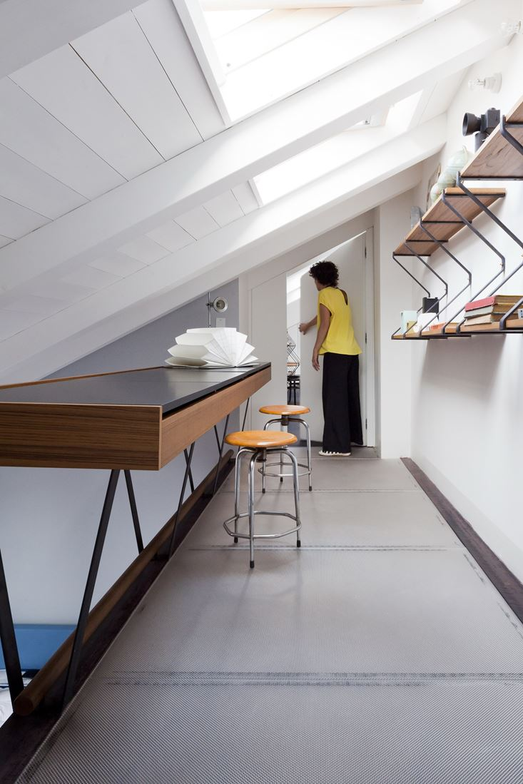 Una mansarda con soppalco a milano for Casa di sei stanze