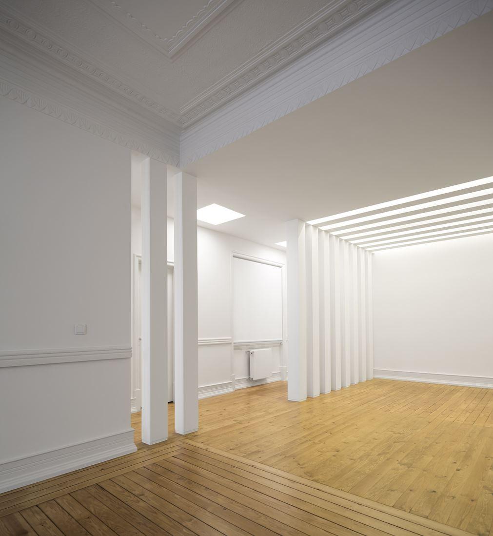 Un attico luminoso con molte finestre per tetti piani - Finestre per tetti ...
