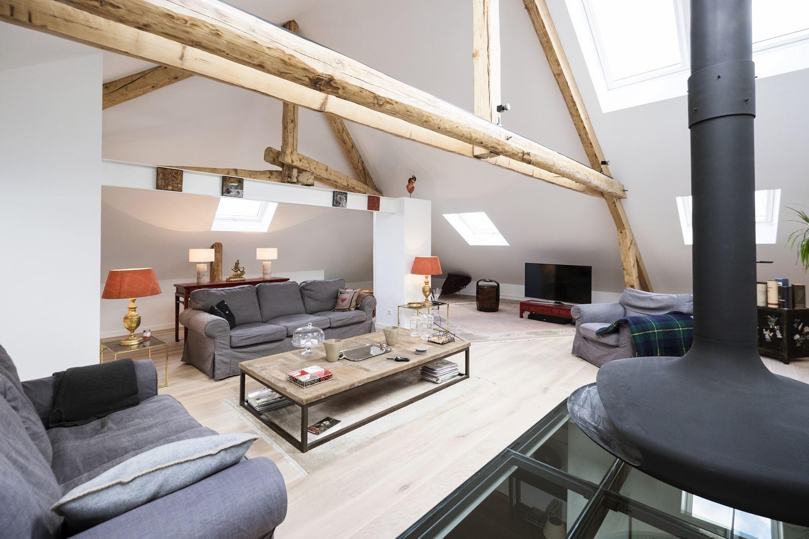 Una casa su due livelli con zona giorno in mansarda for Aggiunte a casa su due livelli