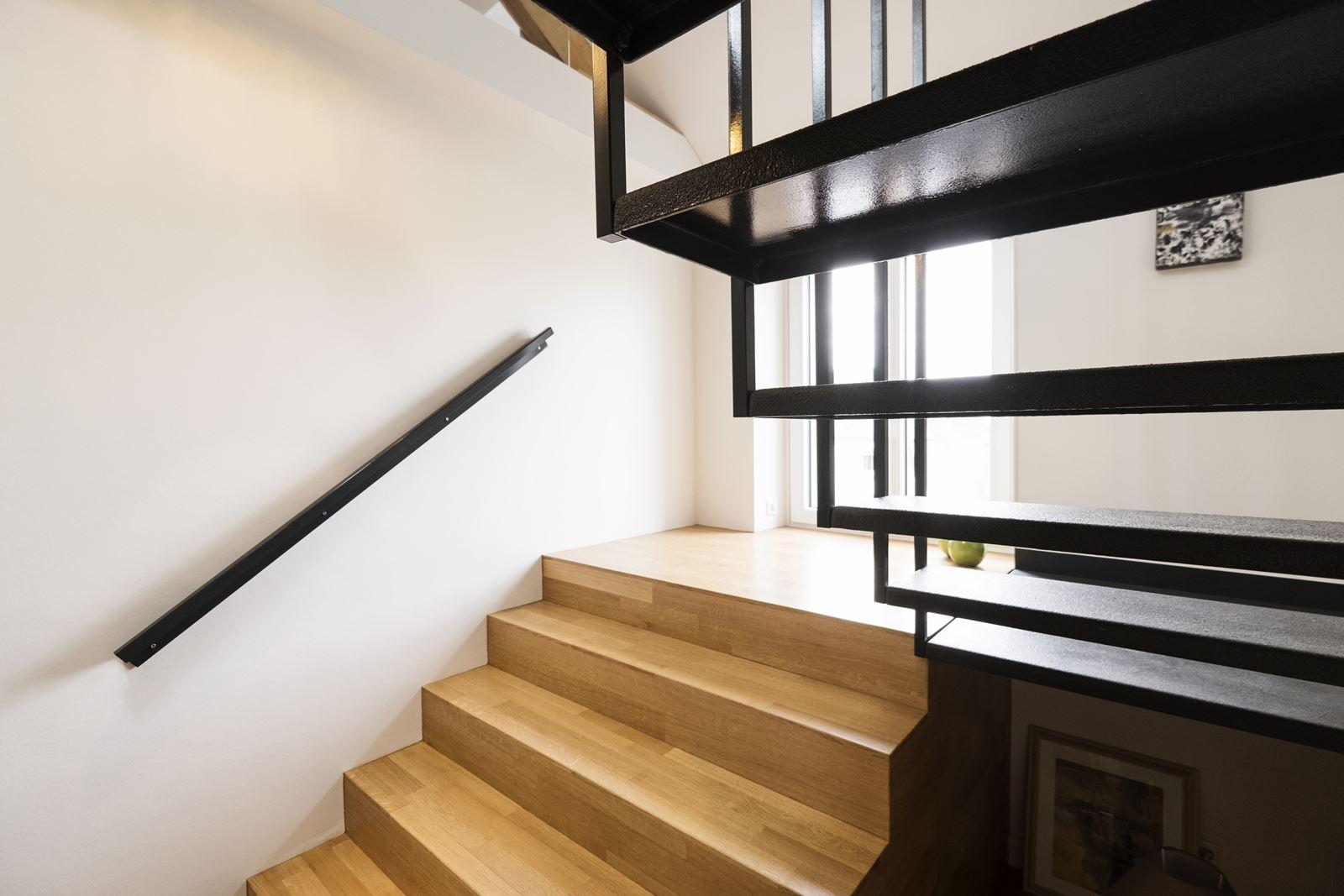 Una casa su due livelli con zona giorno in mansarda for Piani di casa sotto 100k