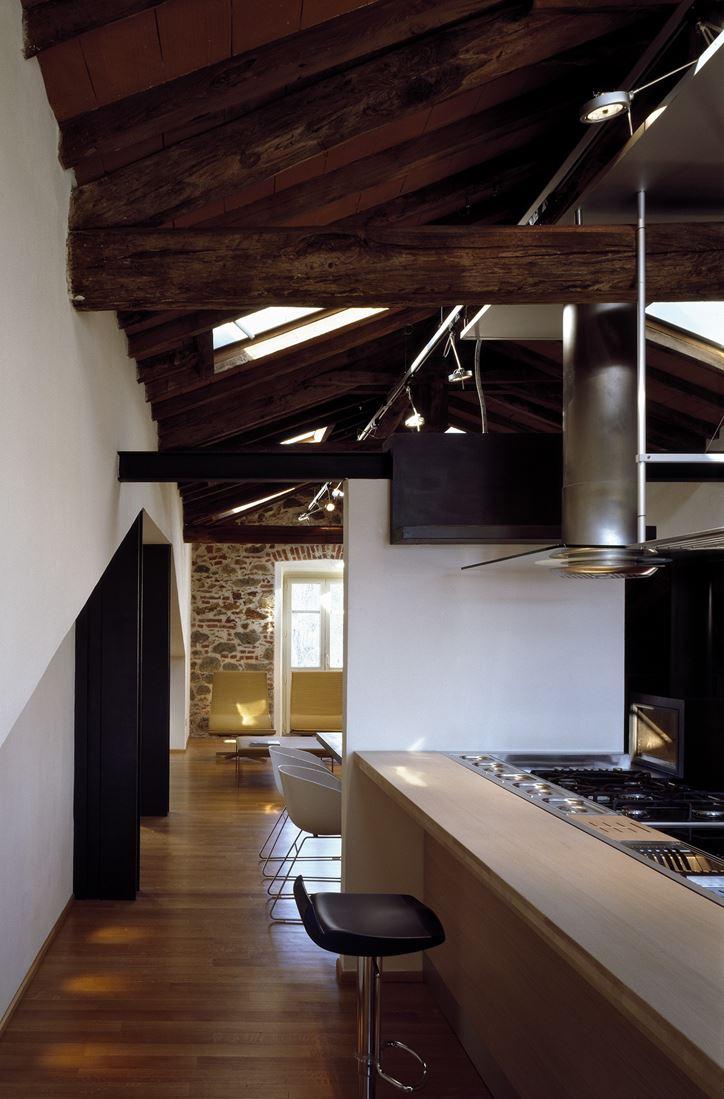 Salotto Con Pavimento Scuro : Un attico elegante con il soffitto in legno mansarda