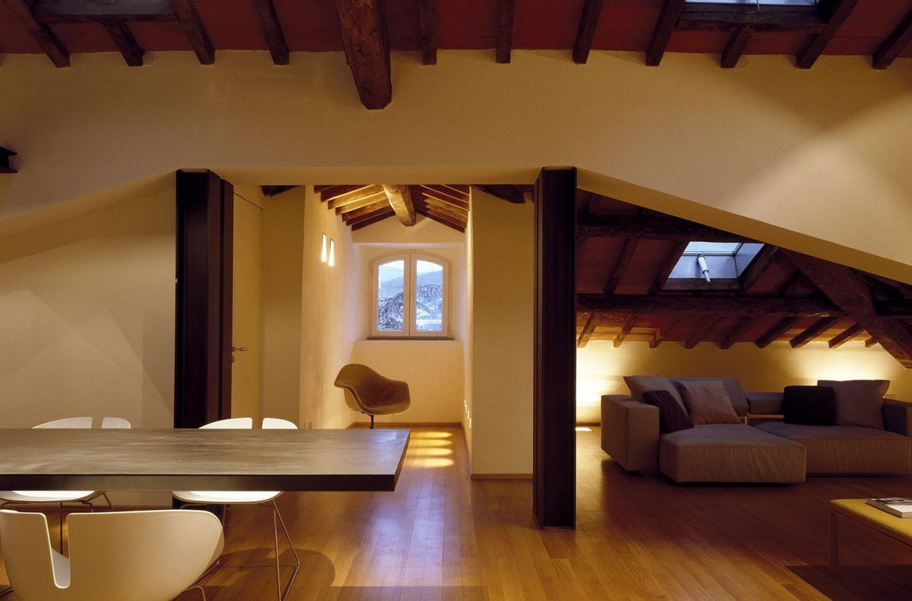 Un attico elegante con il soffitto in legno for Arredamento per sottotetto