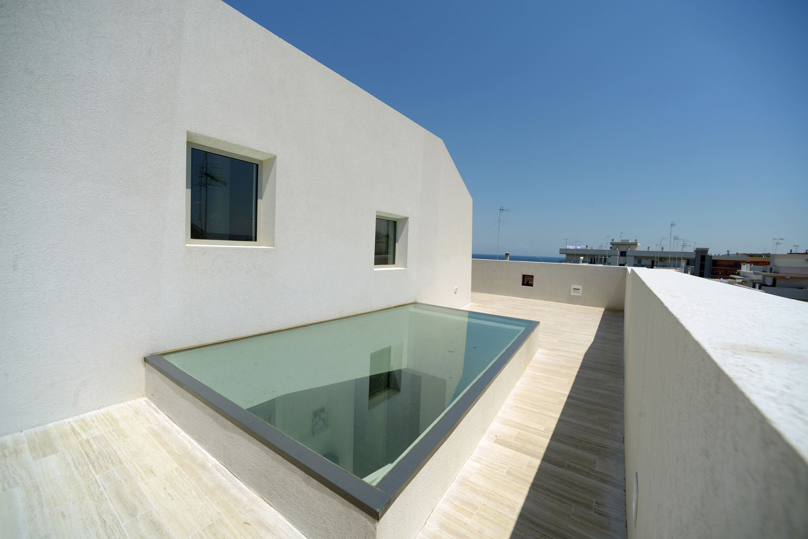 Finestre per tetti e tanta luce in una casa a polignano for Piani casa sul tetto di bassa altezza
