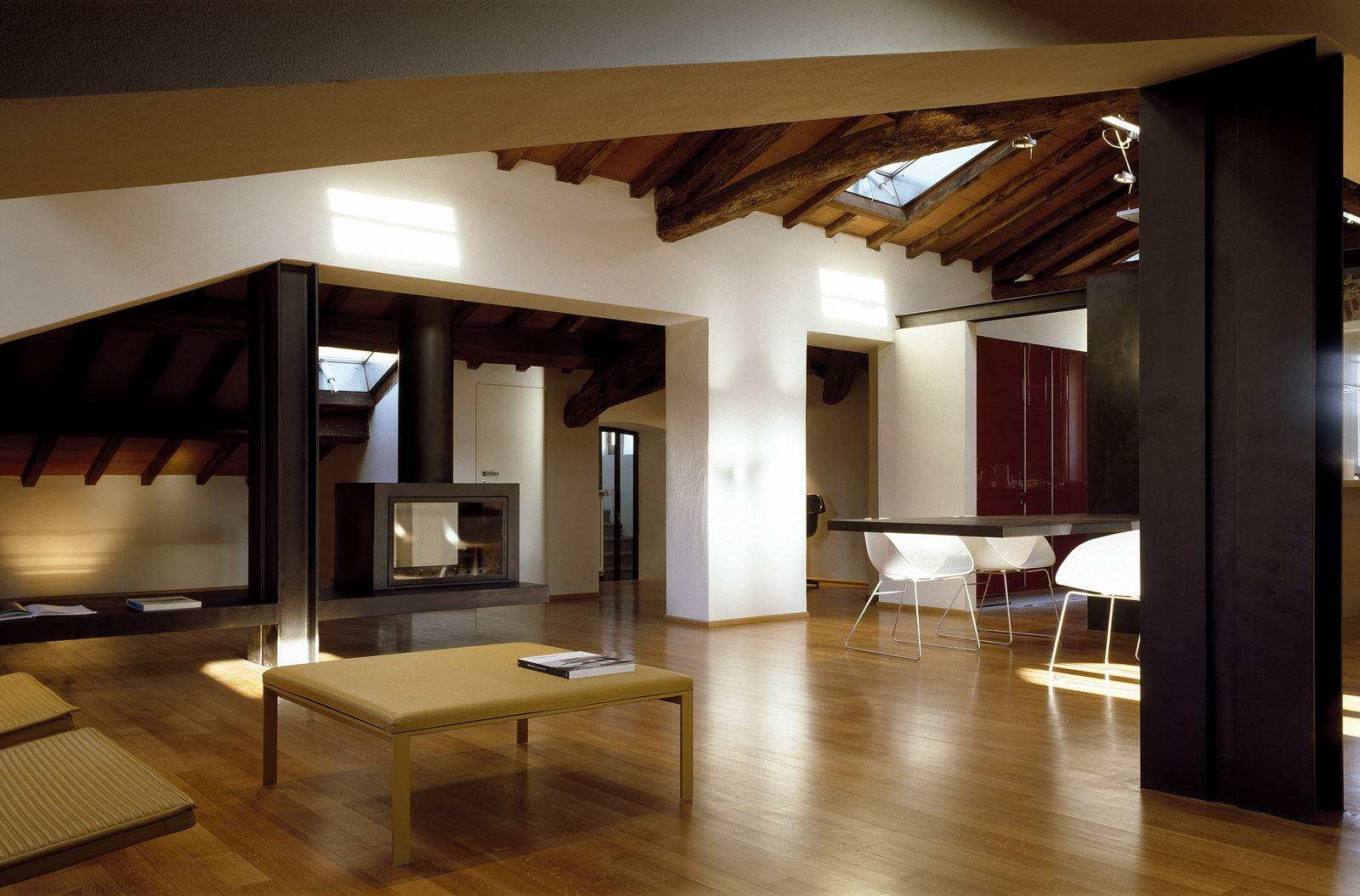 Un attico elegante con il soffitto in legno for Mansarda in legno bianco