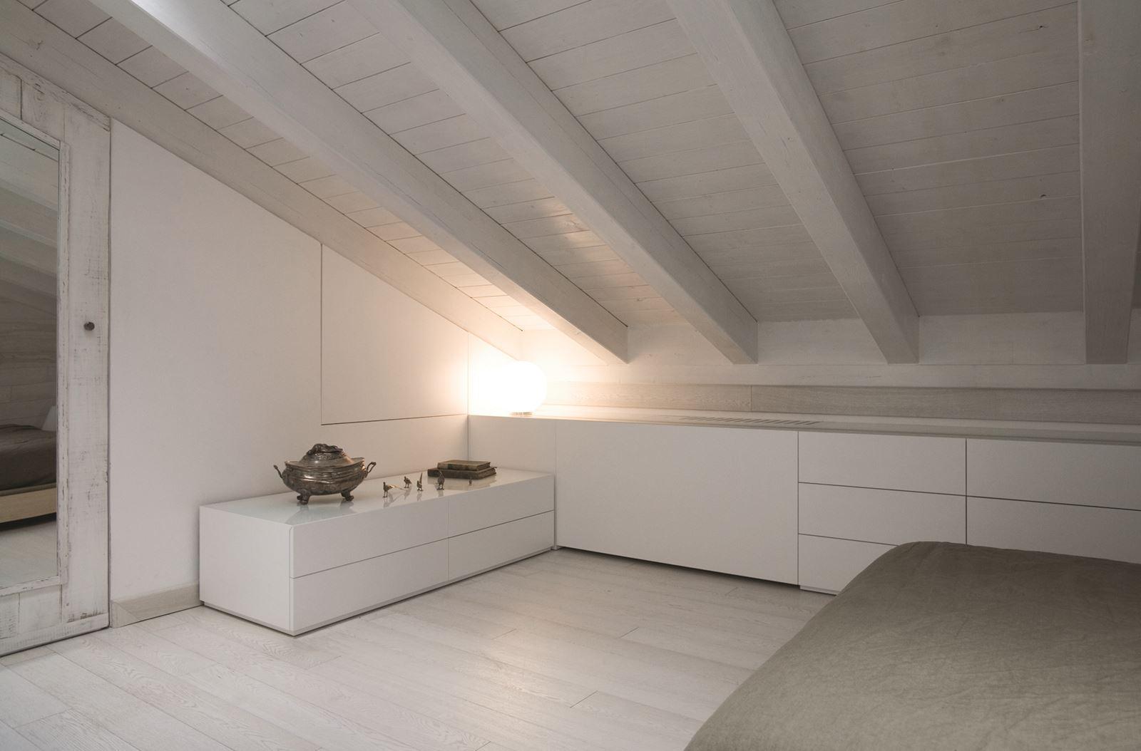 Una mansarda con un ampio terrazzo a modena - Tetto in legno bianco ...