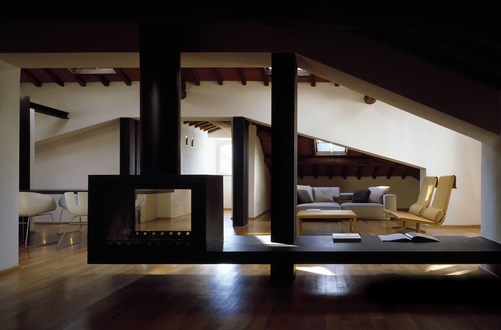 Un attico elegante con il soffitto in legno - Cucina e salotto open space ...