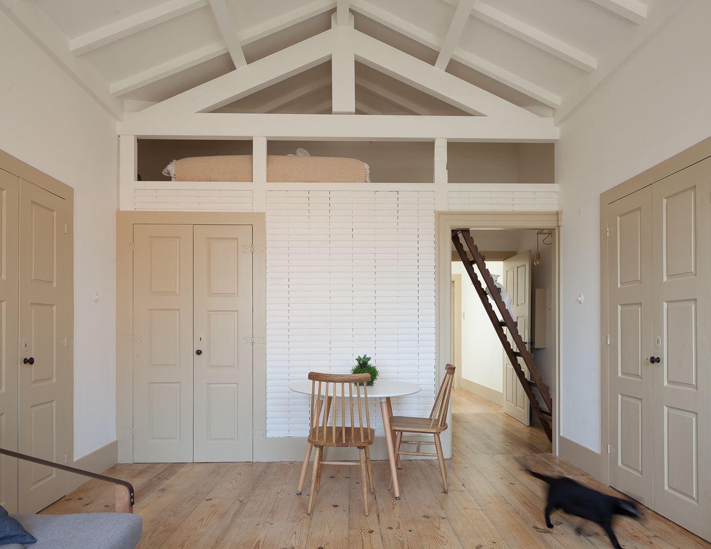 come fare solaio in legno in una piccola stanza : Il soppalco ? diventato una stanza da letto, piccola ma confortevole.