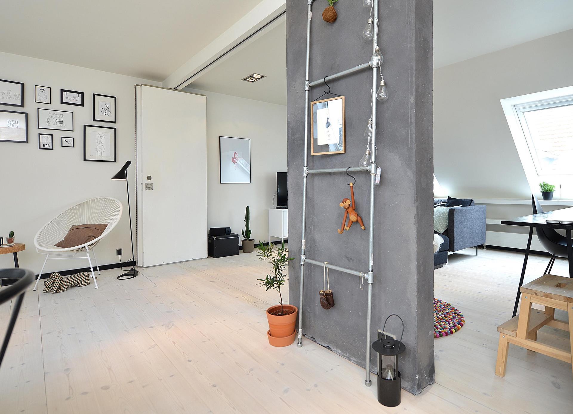 Una mansarda con cucina a vista for Arredare mansarda open space