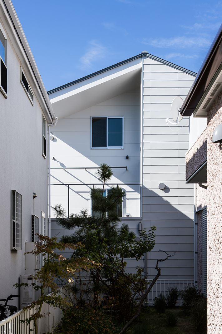 Una casa su pi piani con mansarda for Piani casa com