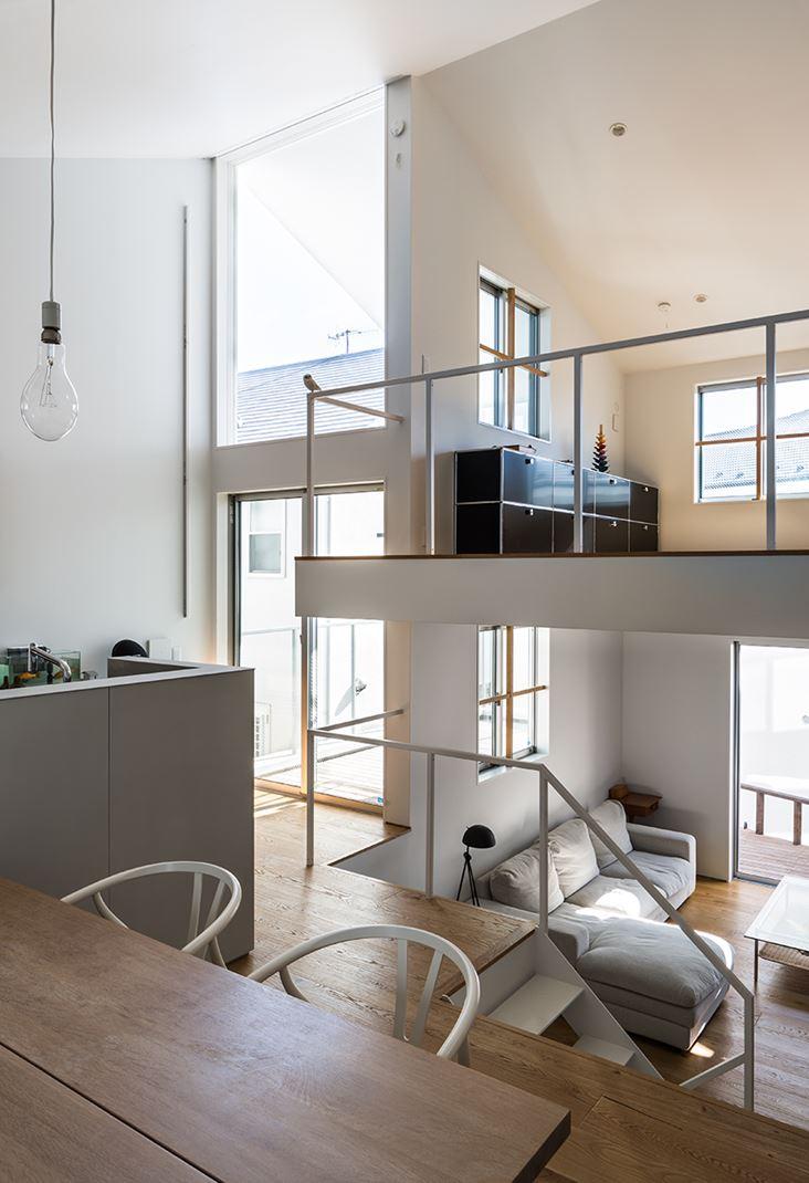 Una casa su pi piani con mansarda for Piani di casa molto ampia