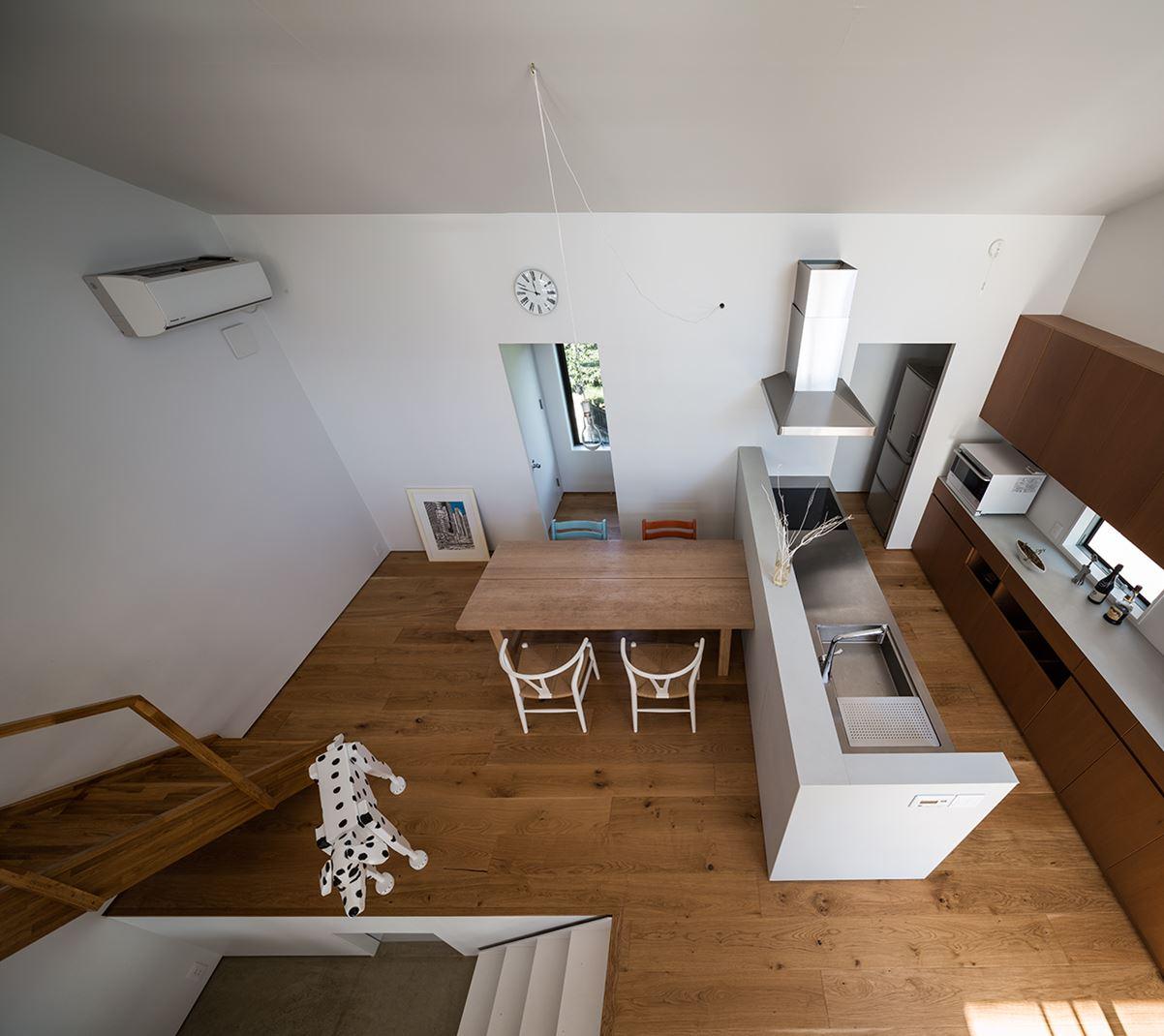Una casa su pi piani con mansarda for Design della casa a 2 piani