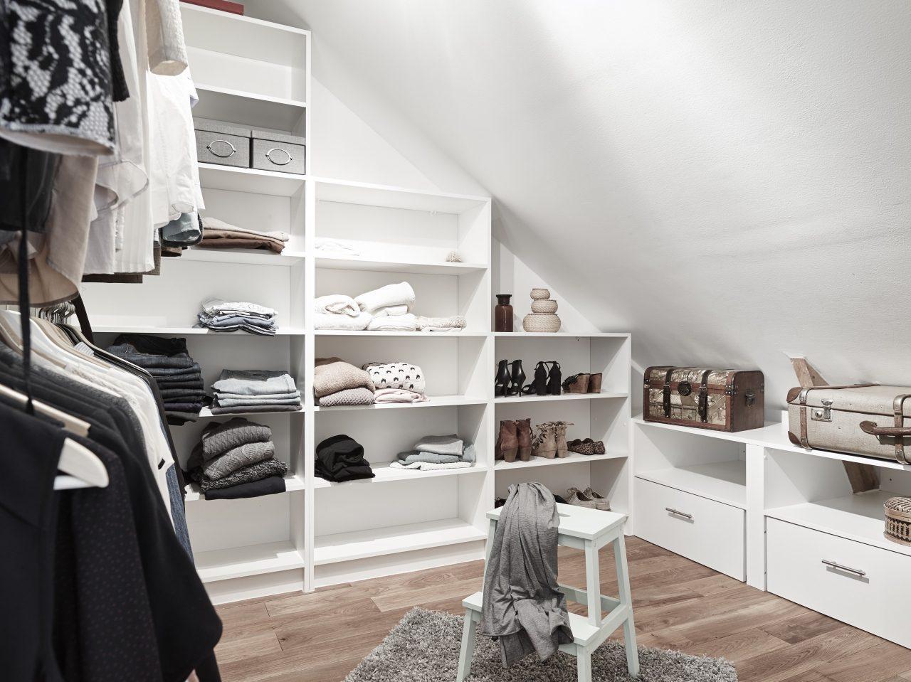 8 idee per un piccolo spogliatoio in mansarda - Cabina armadio mansarda ikea ...