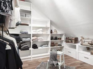 8 idee per un piccolo spogliatoio in mansarda - Cabine armadio in mansarda ...