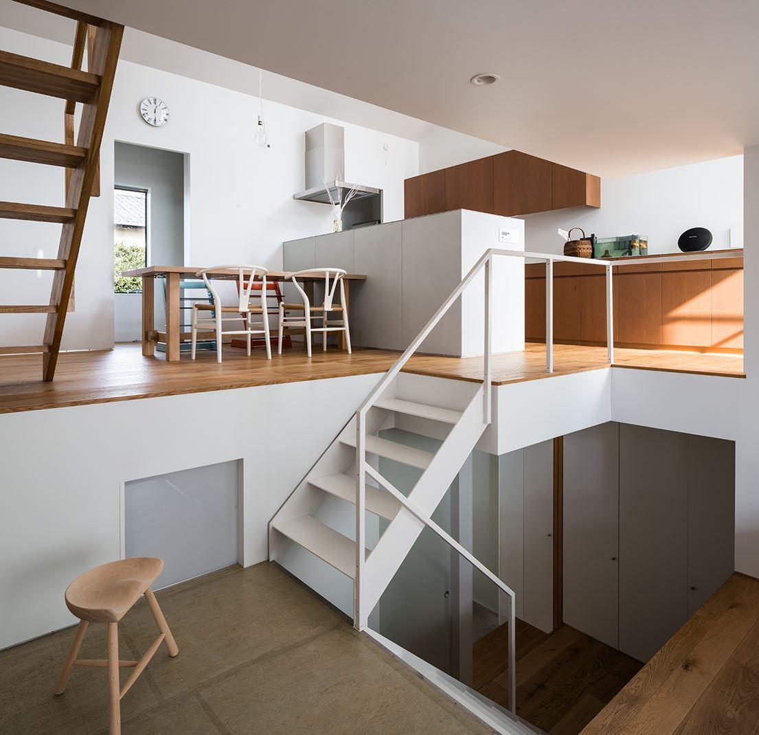 Una casa su pi piani con mansarda for Piani di casa con scale anteriori e posteriori