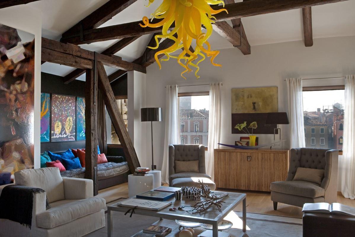 Una mansarda per collezionisti a venezia - Idea casa biancheria mestre ...