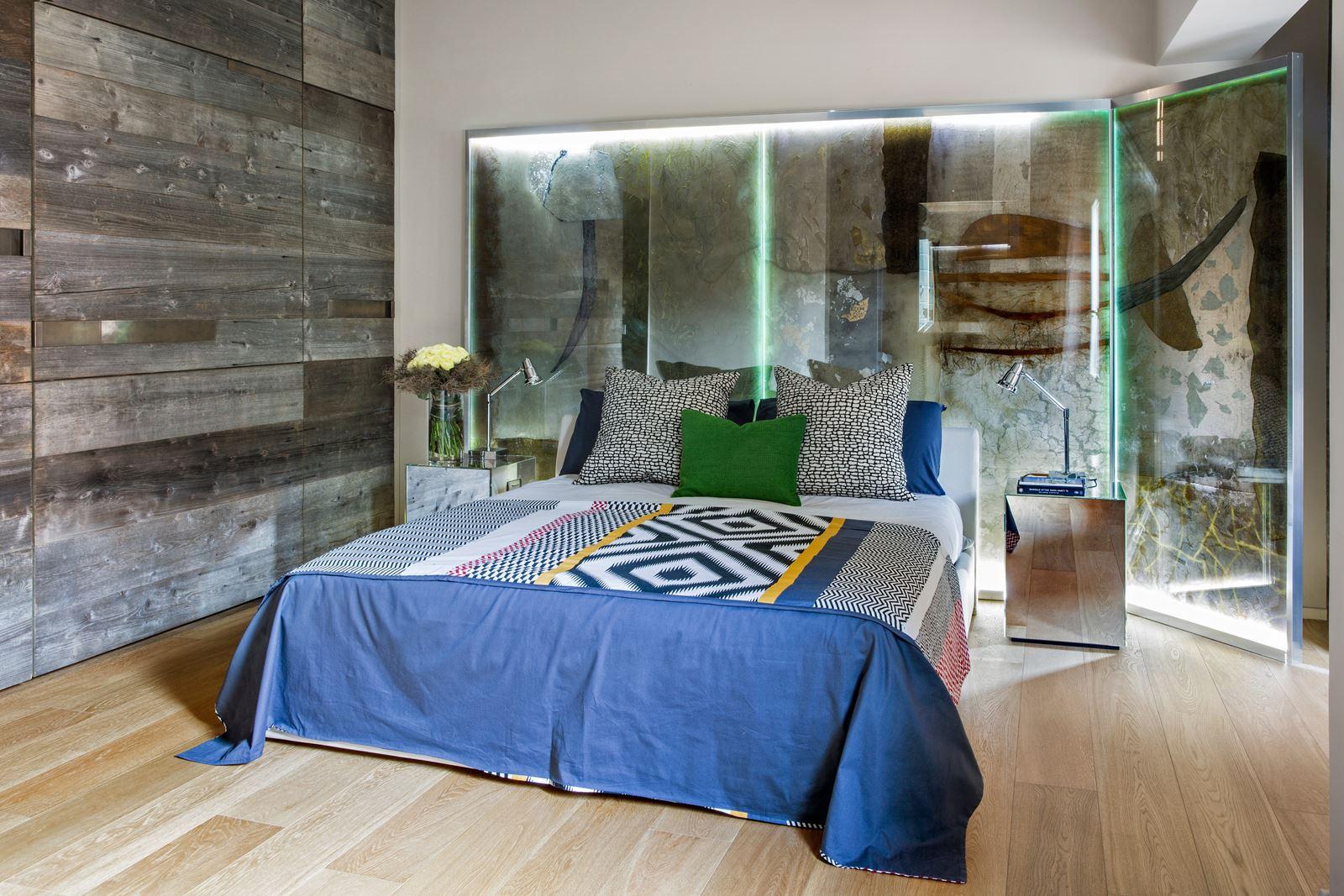 bagno è molto suggestivo grazie al contrasto tra il tetto inclinato ...