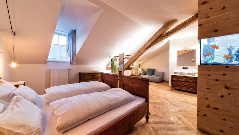 Da vecchia casa a bed breakfast con camere in mansarda for Piccoli piani di casa con un sacco di finestre