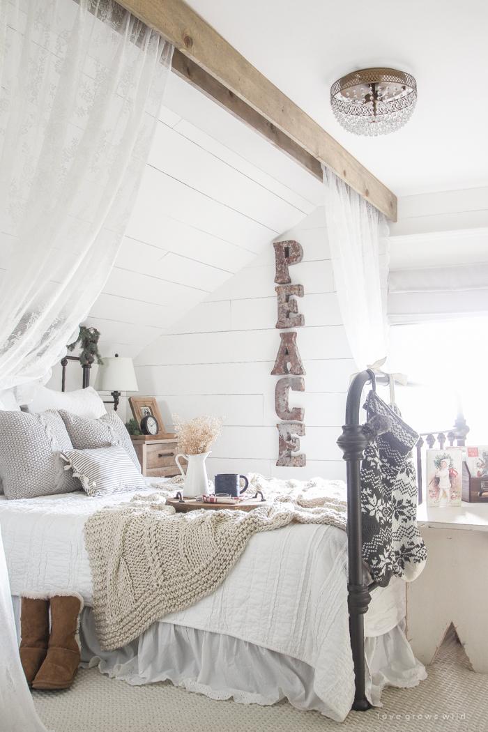 simple-farmhouse-christmas-bedroom-17