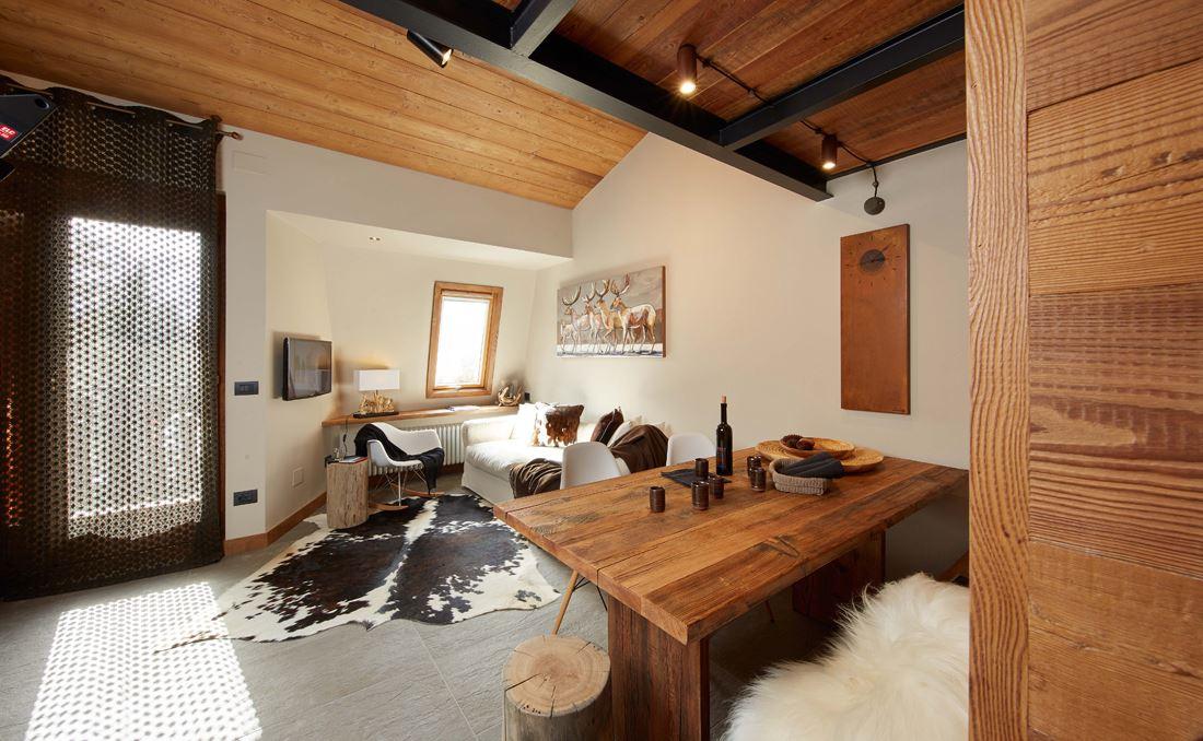 Un monolocale di montagna con camera da letto in mansarda