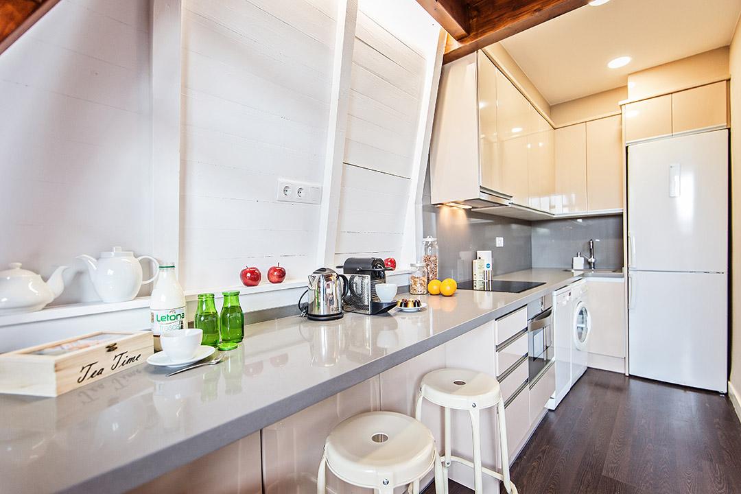 Una mansarda con un tocco vintage a barcellona - Cucina tutta bianca ...