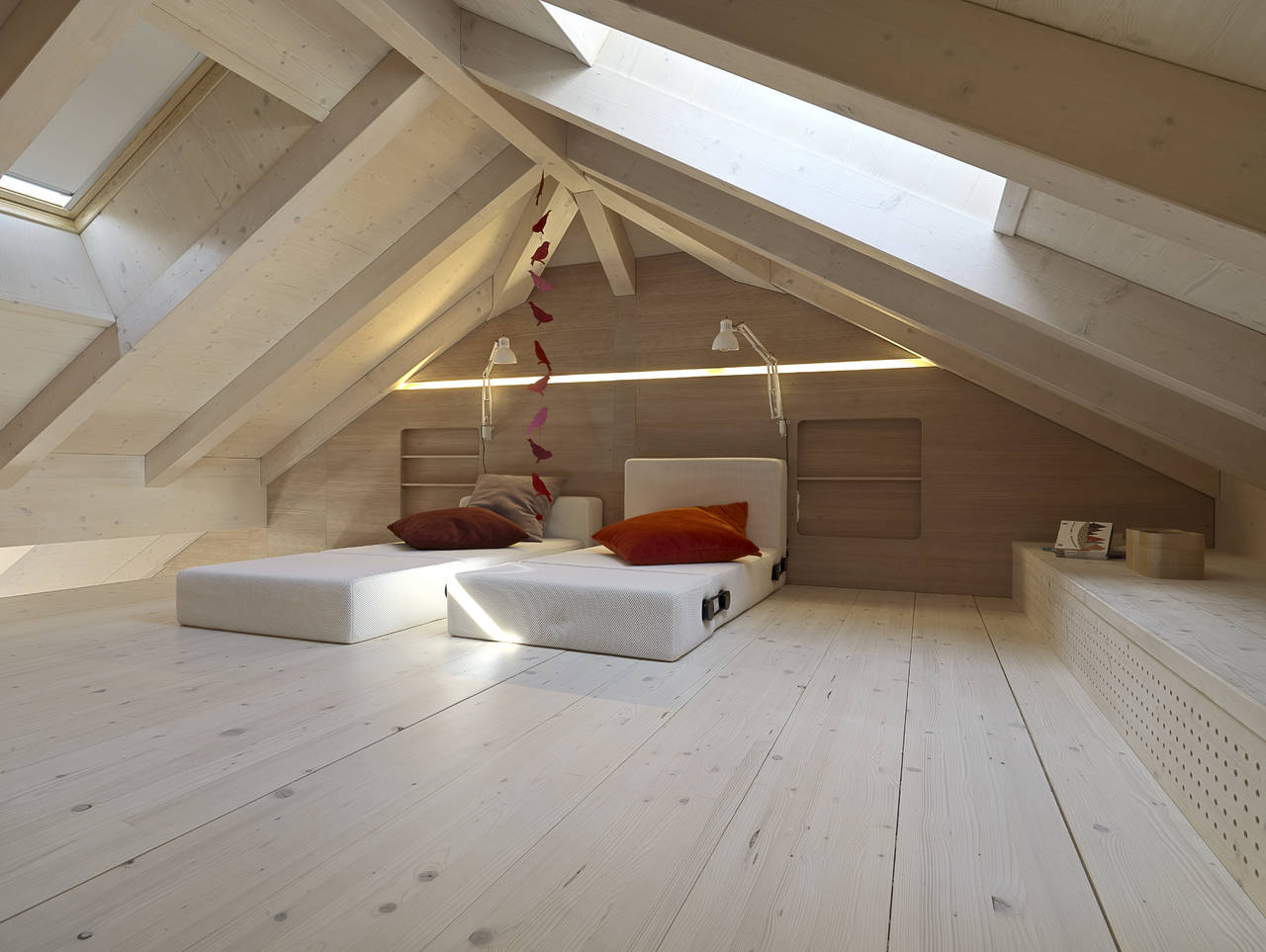 Una casa per le vacanze in mansarda for Illuminazione sottotetto legno
