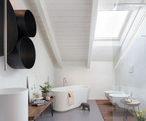 bagno con finestra per tetti