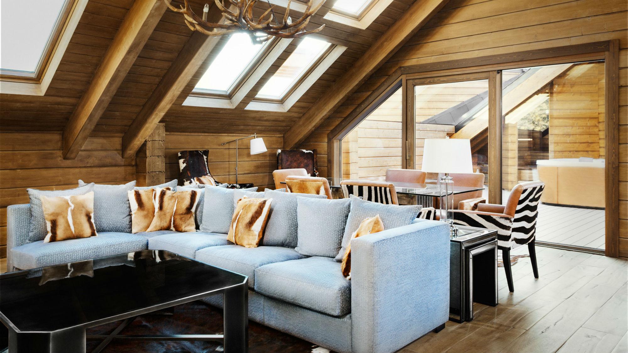 Una casa di montagna in legno e vetro mansarda