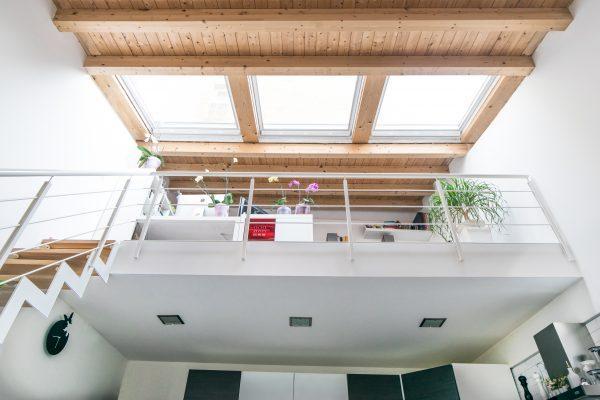 Un soppalco con finestre per tetti