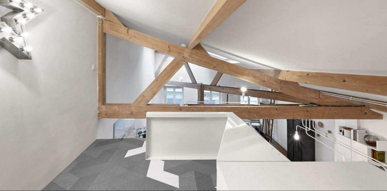 Una mansarda di stile a parigi for Casa in stile magazzino