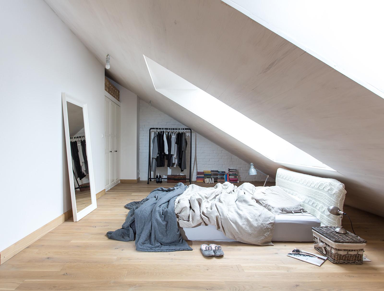 Come trasformare un sottotetto in una camera da letto - Testa del letto ...